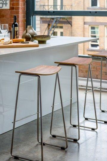 Unos taburetes sencillos pero bonitos para la isla de tu for Sillas para barra de cocina