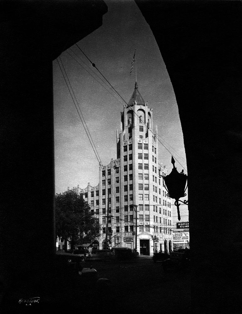 The First National Bank of Hollywood building located at 6777 Hollywood Blvd. in 1935. (Bizarre Los Angeles)