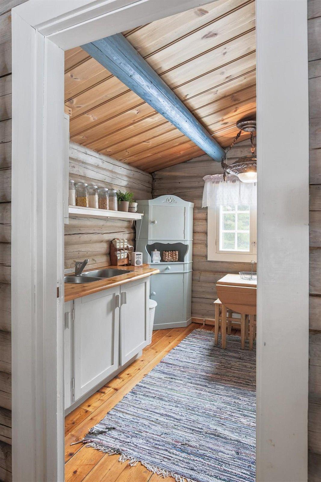 Hytten har alt på en flate og inneholder: To soverom, kjøkken, bad ...