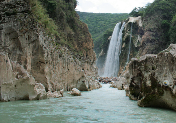 Para algunos es uno de los ríos más bonito de México, una verdadera puesta en escena natural que terminará por deslumbrar aún desde cada imagen: un río azul turquesa, dentro de un cañón de roca caliza que simula paredes que parecen esculpidas.