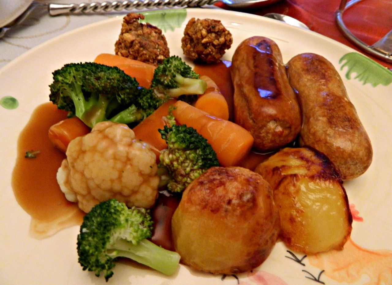 Happy Vegetarian Christmas D 2x Best Of British Quorn Sausages Roast Potatoes Broccoli Cauliflower Carrots Cranberry And C Roast Dinner Quorn Quorn Sausages