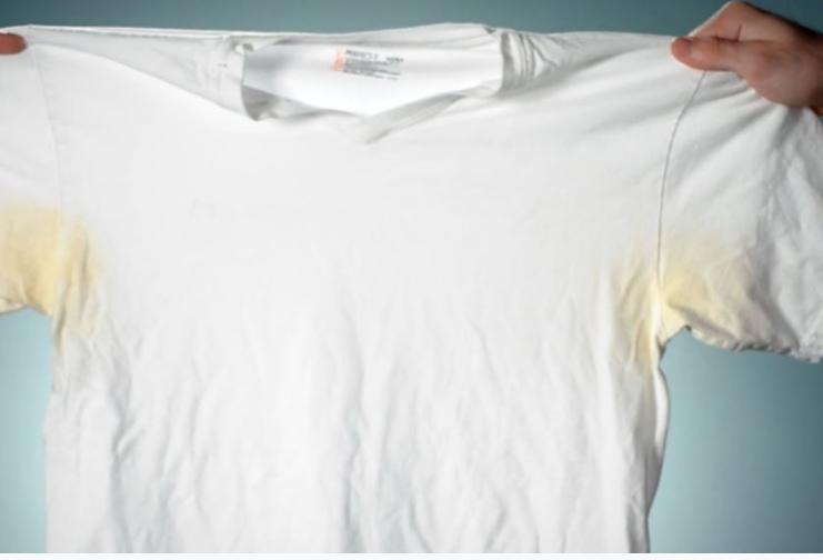 So bekommt ihr gelbe Achsel Flecken aus weißer Wäsche