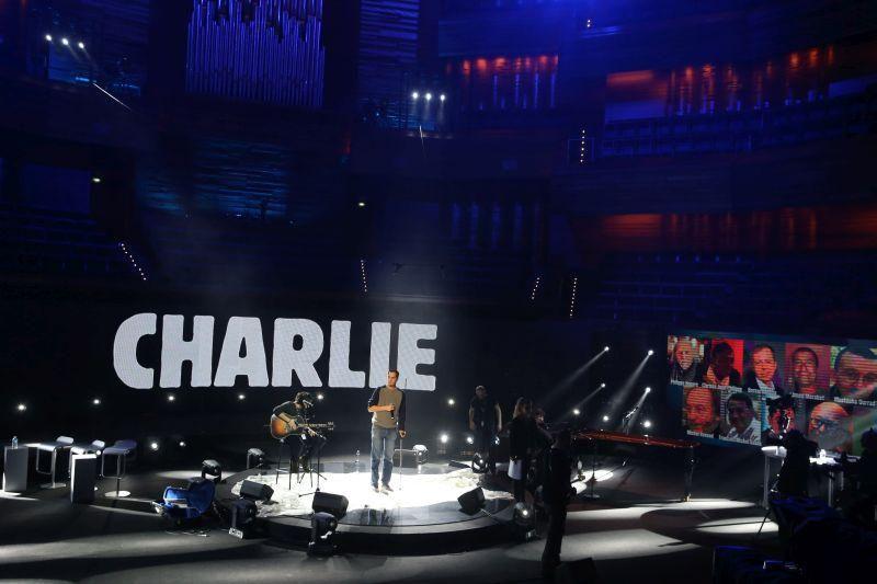 Soirée #jesuischarlie à suivre à 21h en direct http://www.franceculture.fr/emission-emissions-speciales-suite-suivez-en-direct-la-soiree-%C2%ABje-suis-charlie%C2%BB-en-hommage-a-toutes-…