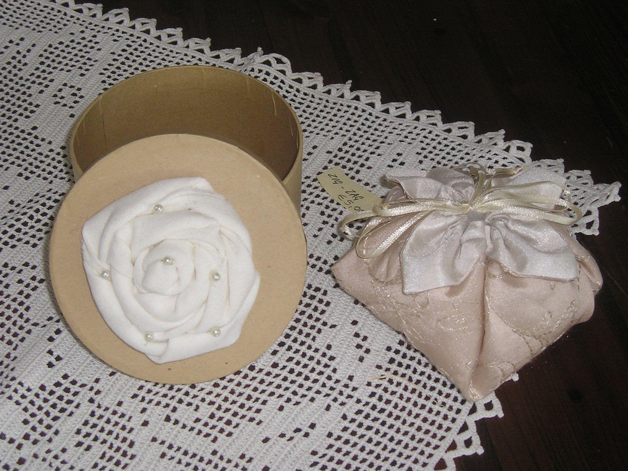 scatola con fiore e perline