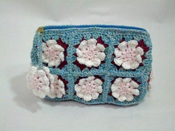 水色と緑、グレーのマーブルカラーに白い花のモチーフが可愛い手編みのポーチです。花モチーフはラメ入りの白い糸を使用、花が立体に見えて存在感がありますよ。開閉しや...|ハンドメイド、手作り、手仕事品の通販・販売・購入ならCreema。
