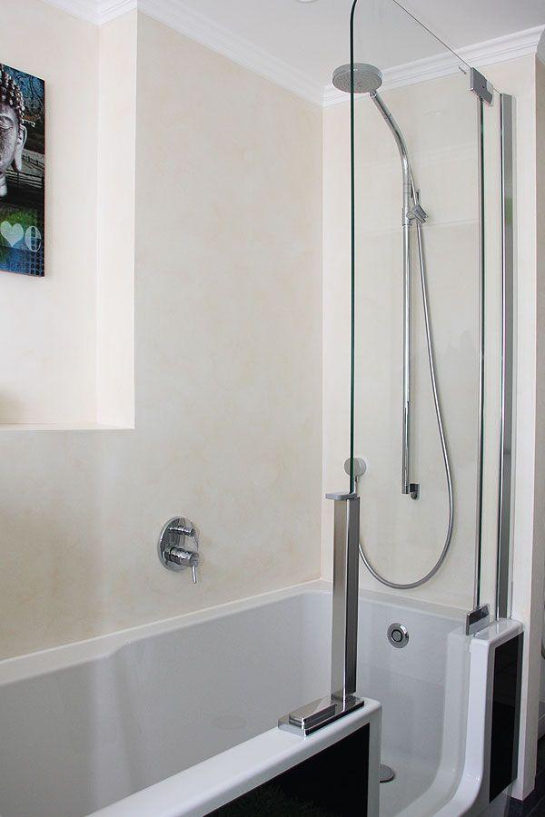 modernes badezimmer mit einer kombination aus dusche und badewanne zum ebenerdigen einsteigen. Black Bedroom Furniture Sets. Home Design Ideas