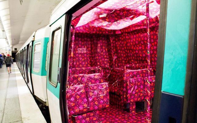 Blitz artistico. #Parigi, la metro diventa tutta rosa