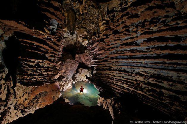 """Dentro dela, há uma infinidade de enormes estalactites, cascatas, e até mesmo uma selva que conta com uma variedade de animais nativos. O nome """"Son Doong"""" significa algo como """"caverna da rio da montanha"""", e pesquisadores acreditam que ela tenha surgido de 2-5 milhões de anos atrás, através de uma erosão causada por um rio."""