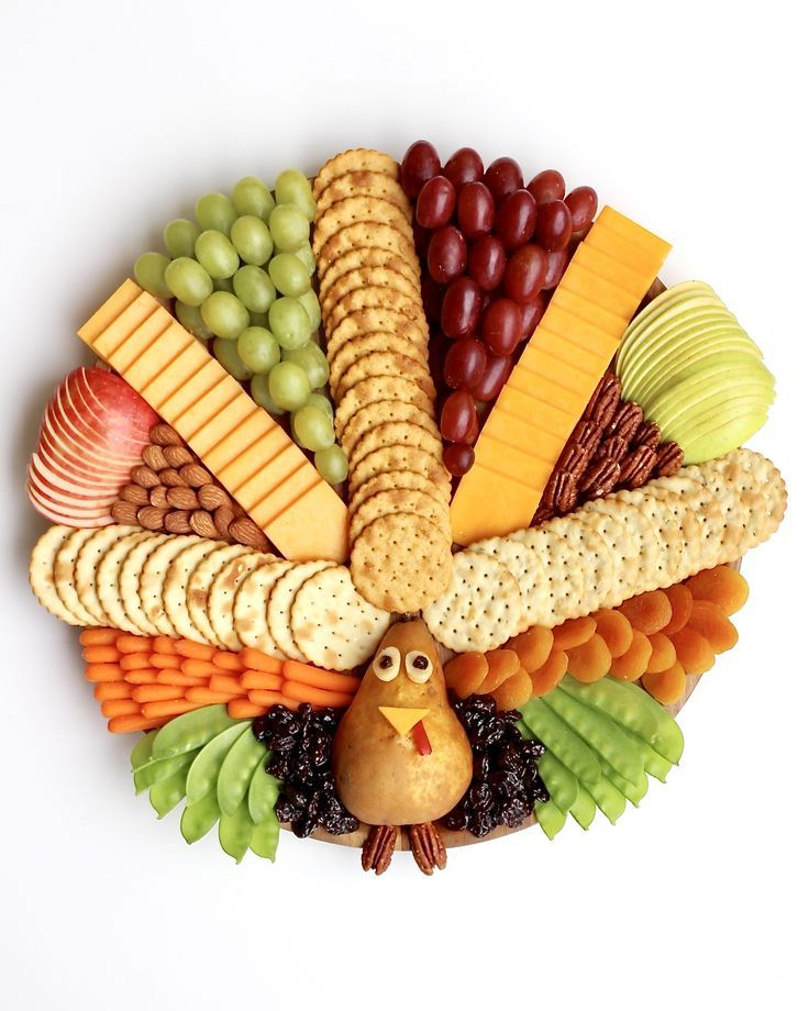 How to make a festive and delicious Turkey Snack Board for everyone to gobble up at your Thanksgiving gatherings! #thanksgivingrecipes