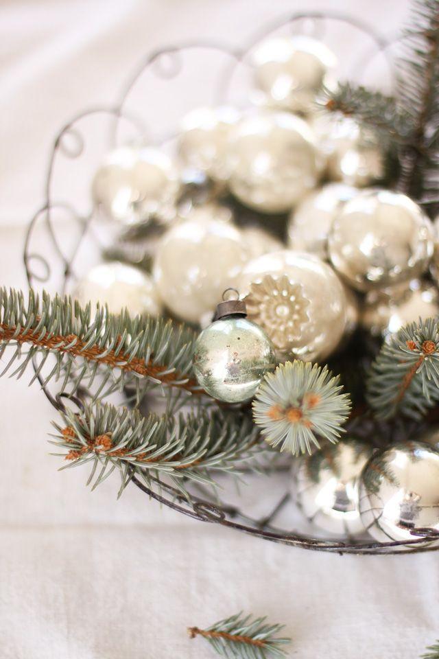Christbaumkugeln und Tannenzweige in einer Schale