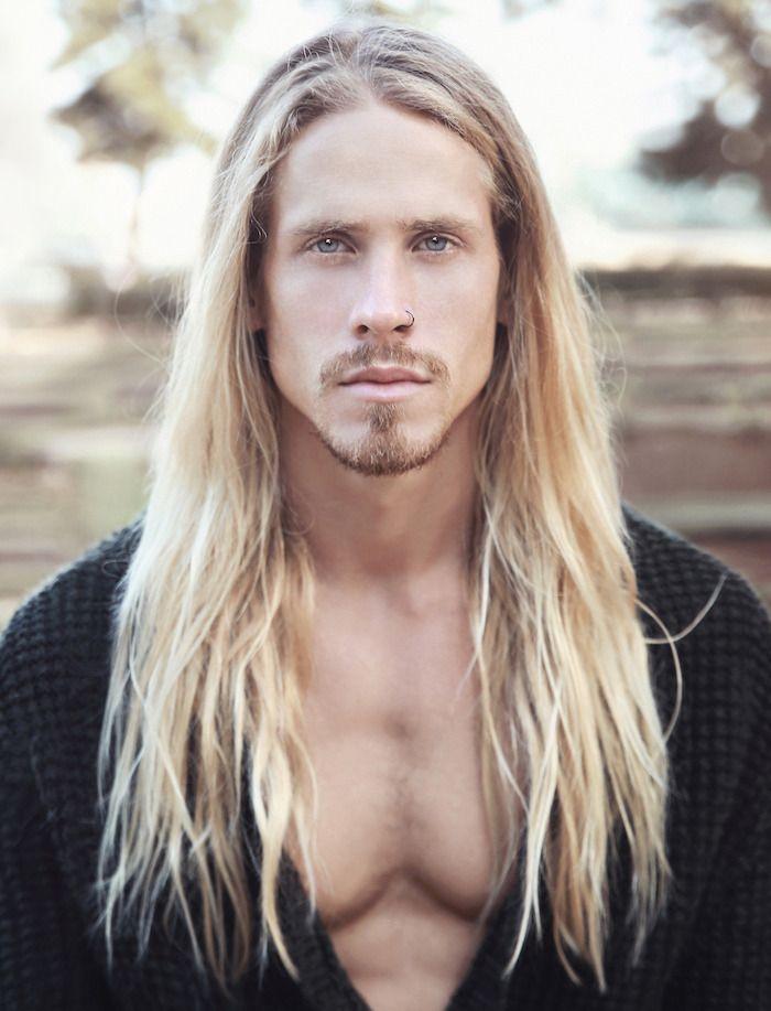 Coiffure homme cheveux longs crinière domptée (ou pas