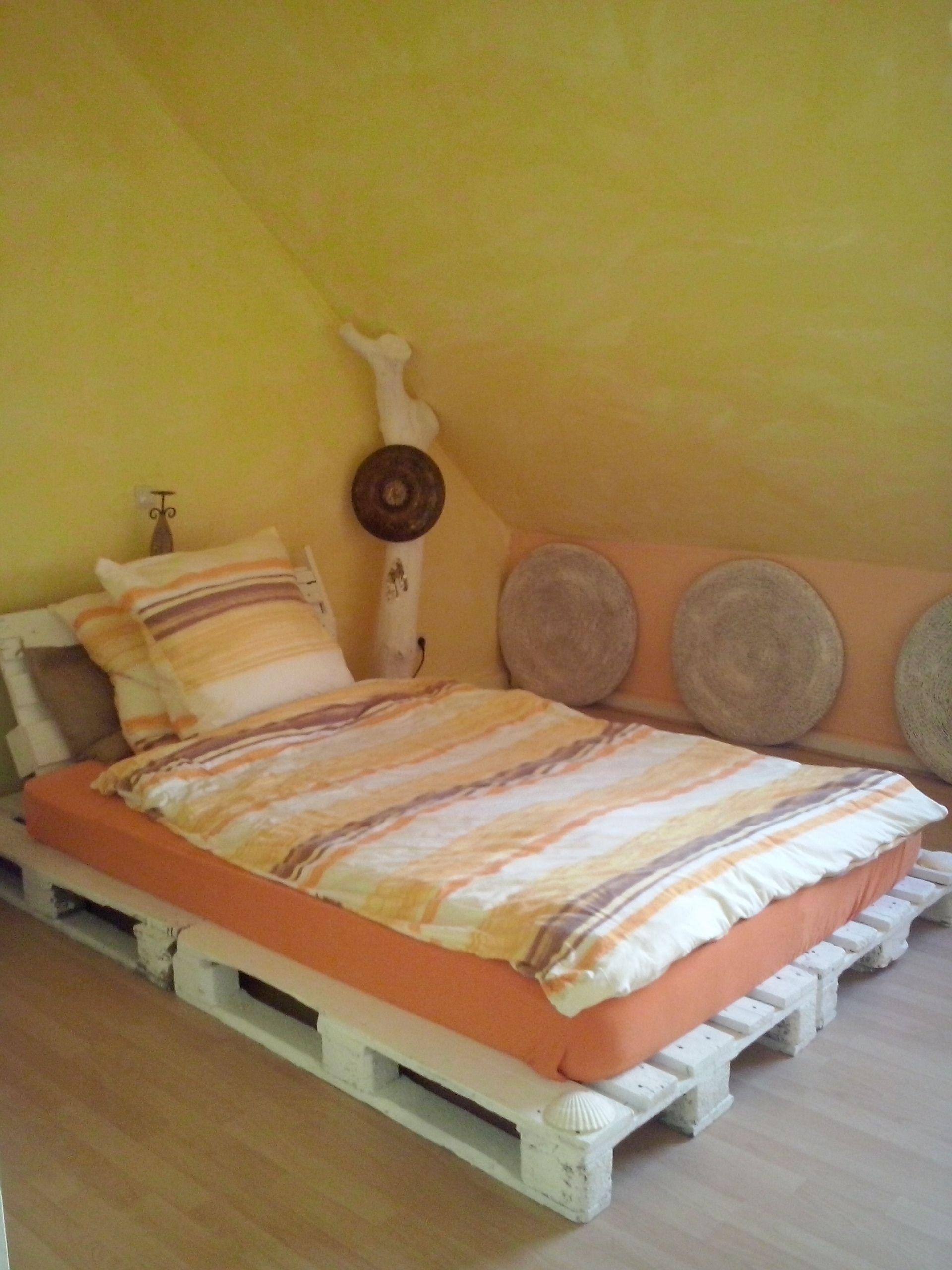 schlafzimmer bett aus paletten wanddeko aus sitzkissen baumstamm als deko m belbau mit. Black Bedroom Furniture Sets. Home Design Ideas