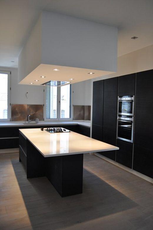 hotte encastr e plafond bas dans cuisine noire et blanche id es pour la maison pinterest. Black Bedroom Furniture Sets. Home Design Ideas