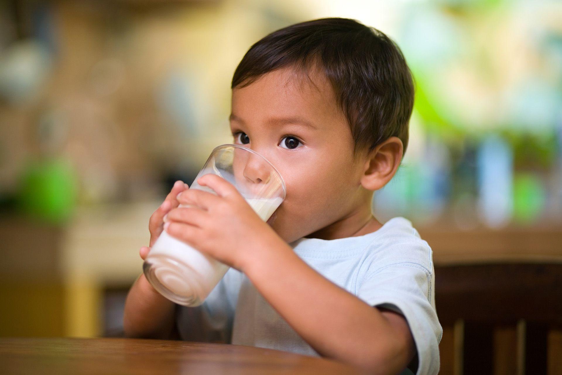 تفسير رؤية شرب الحليب في المنام الحليب الحليب في الحلم الحليب في المنام حلم شرب الحليب Lactose Free Diet Kids Health Baby Milk