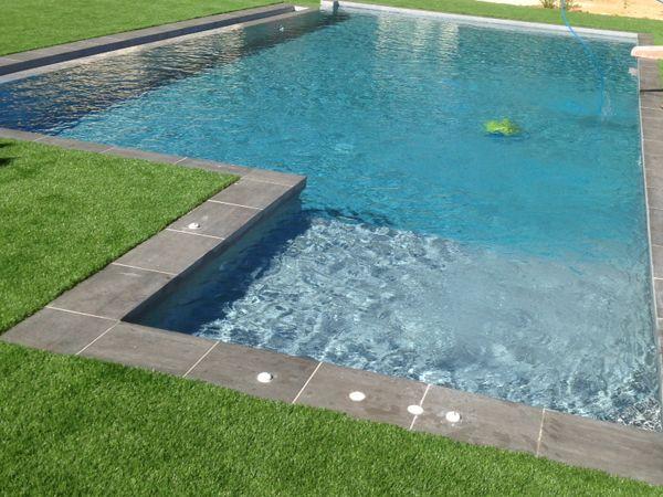 Détail de lu0027espace balnéo et des buses du0027hydromassage dans une - construire sa piscine beton
