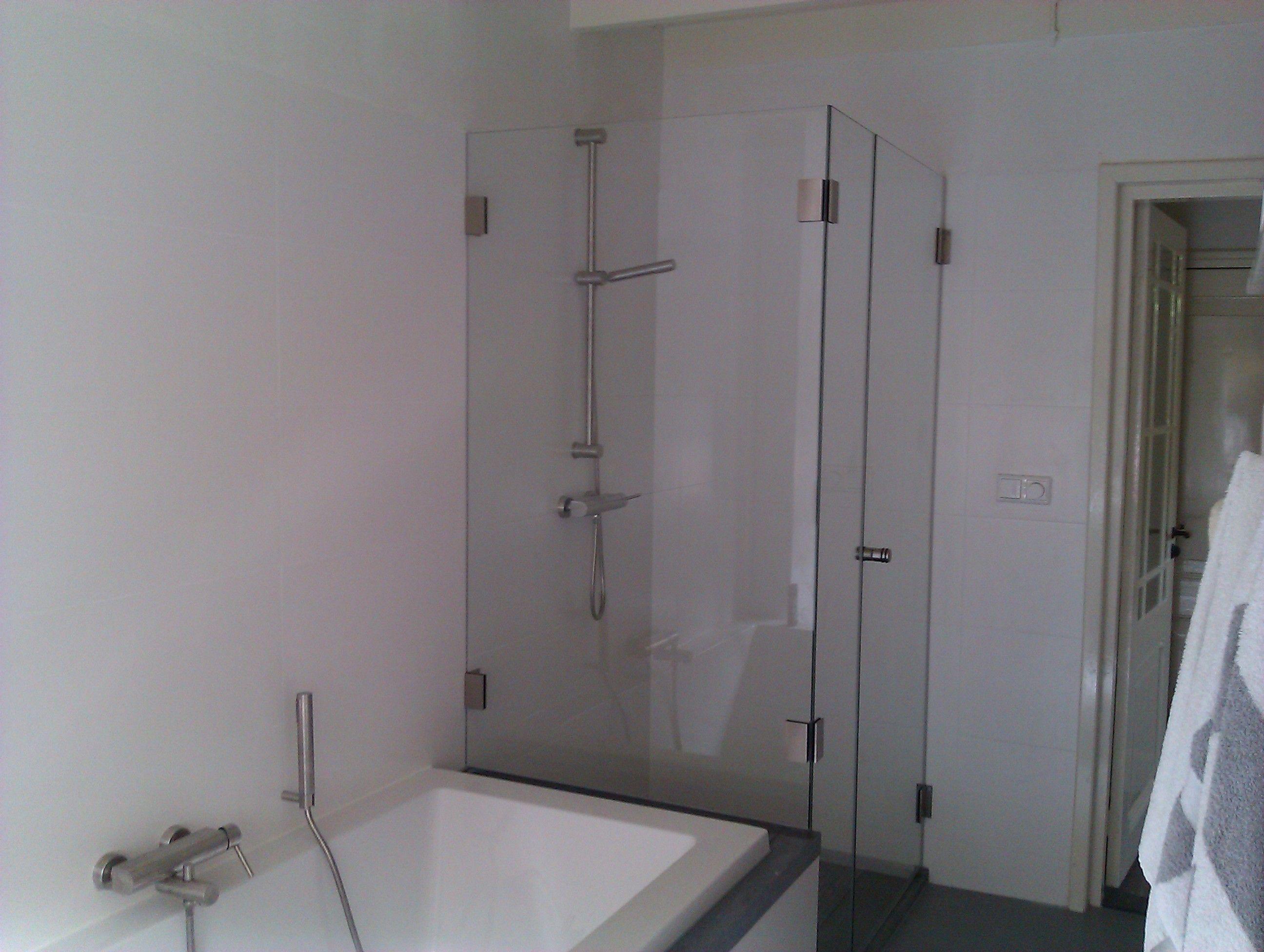 Glazen douchewand clearlabel met ingekort zijwand op het bad
