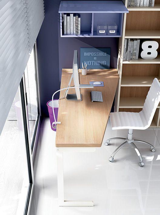L'angolo studio prevede un piano scrivania in olmo
