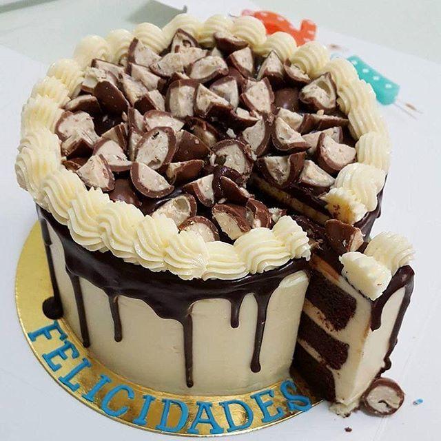 Y ahora el corte.. Gracias @carolgd8 por la foto,  espero que les haya gustado 😉.Como siempre, hecha con mucho amor 😊#tarta #layercake #schokobons #chocolate #tartadecumpleaños #losantojitosdemaria #blog #blogger #foodblogger #reposteriacasera #hechoconamor #canarias #grancanaria