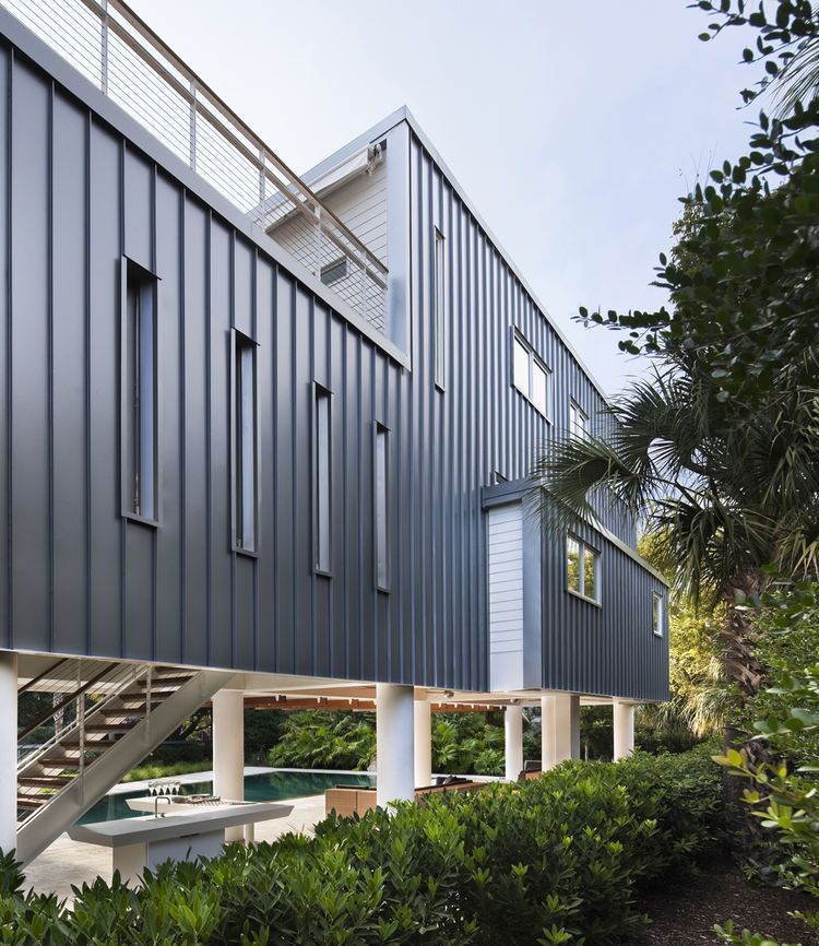Stephen Yablon Architect used standing-seam metal as the cladding - maison ossature metallique avis