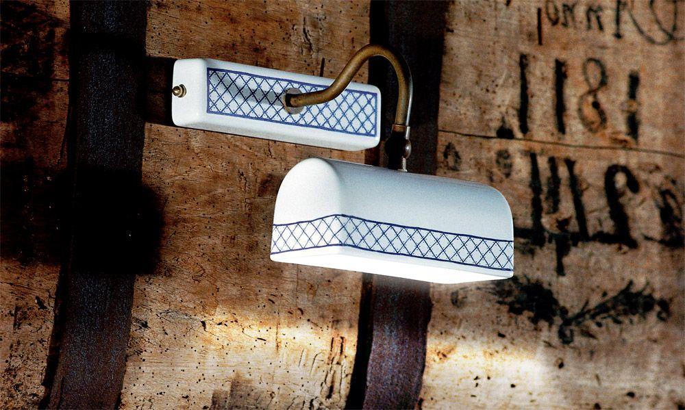 Serie di applique a luce orientabile con base e riflettore in