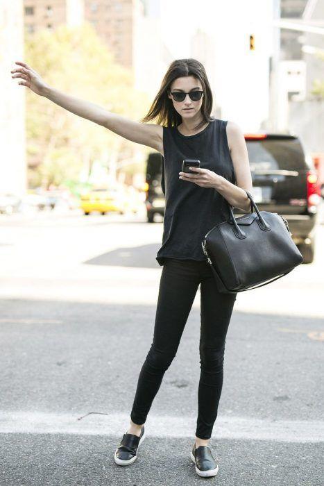 Mujer vestida totalmente de negro