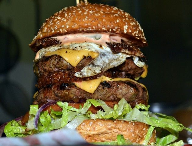 Las Vegas Restaurant Serves 8 000 Calorie Burger Food Burger Food Challenge