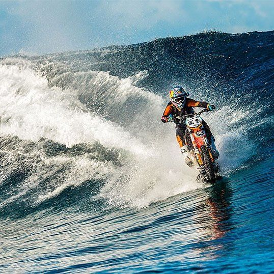 Geen photoshop dit is echt. Daredevil XXL @robbiemaddison doet sicke stunt en motorcrosst over de oceaan in Tahiti. Check de coolste video van het jaar op fhm.nl #awesome #legend #extremesports #DCPipeDream by fhm_nederland