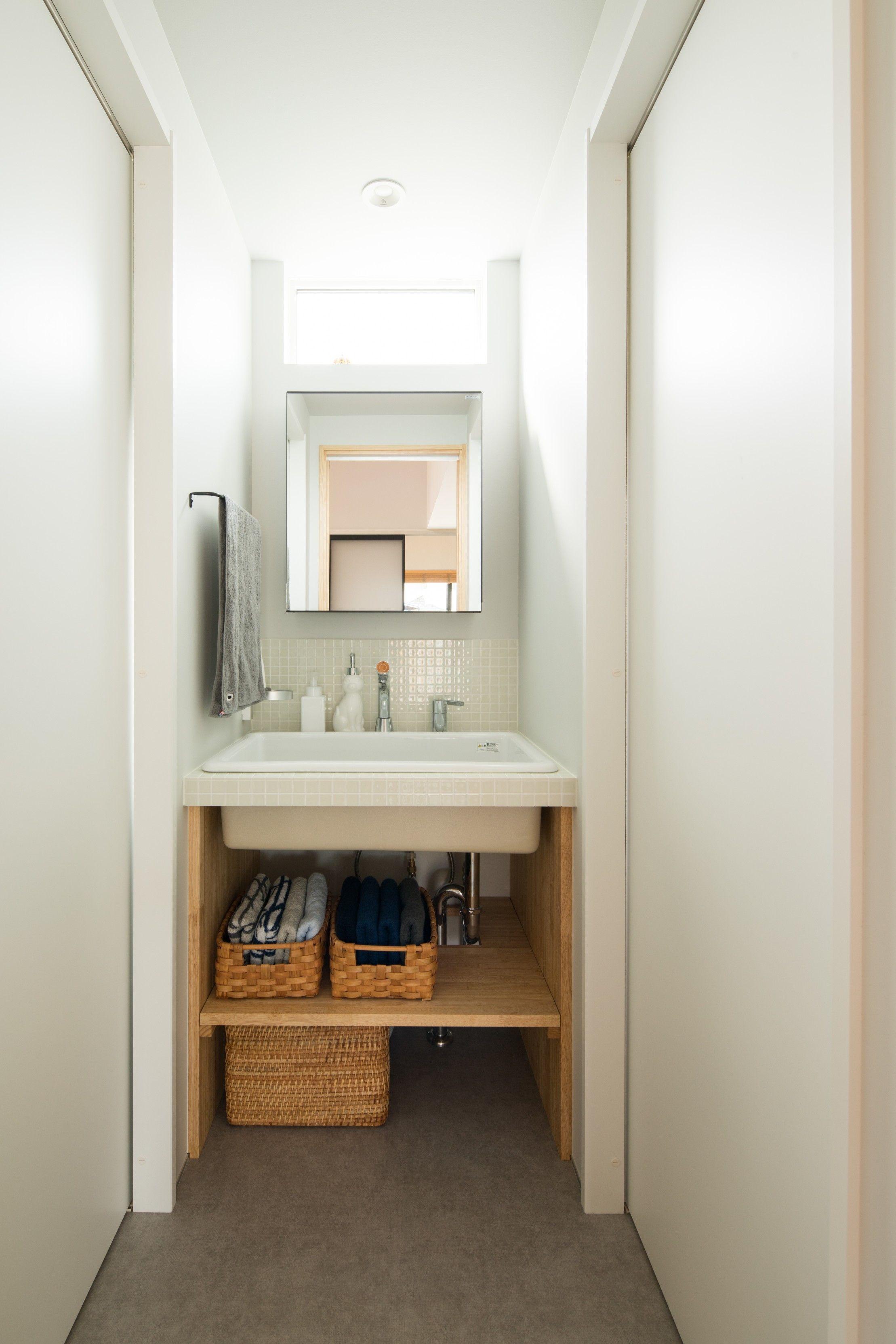 浴室とトイレの中間に独立させた 光がこぼれるシンプルな白タイルの