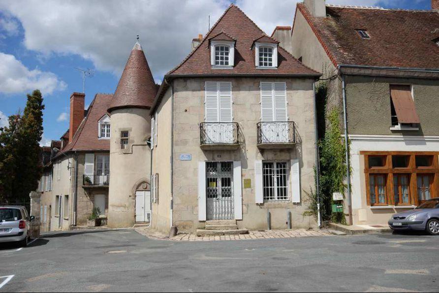 'Limousin, nord Creuse', en plein cœur du quartier historique de Boussac, cette superbe bâtisse ...