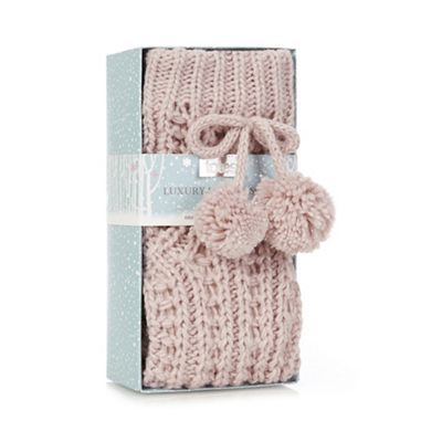 These Chunky crochet bed socks by Totes fetaure a cosy sherpa lining and pom pom detailing.