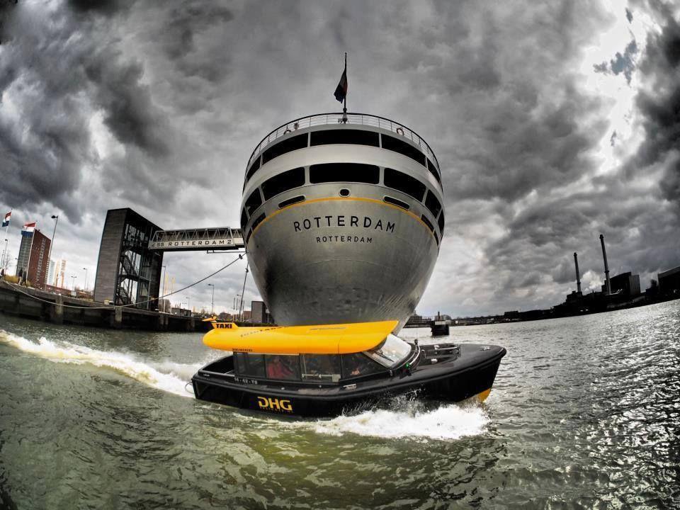 Watertaxi en de SS Rotterdam