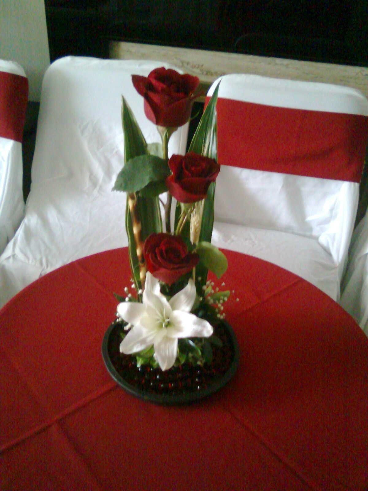 Combinación De Rosas Rojas Con Lilí Blanca Flores En Su