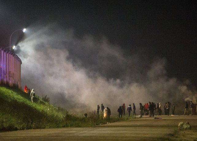 Onrust in Calais neemt dag voor ontruiming toe: clashes tussen politie en migranten   vluchtelingencrisis   De Morgen