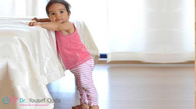 يستطيع الطفل في الشهر الثاني عشر من العمر ان يخطو اولي خطواته بذاته غير مستندا Developmental Milestones Baby Development Milestones Baby Learning Activities