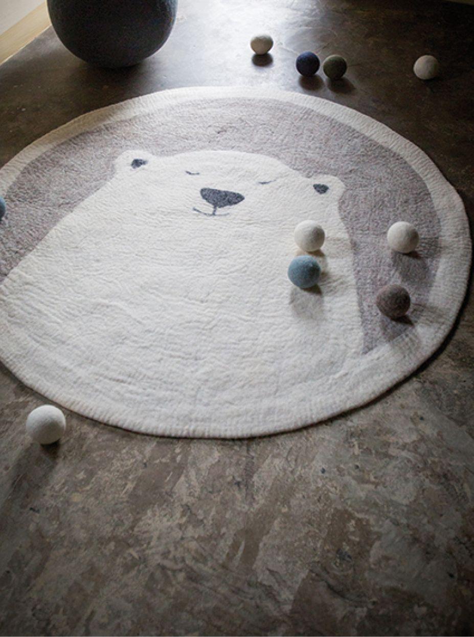 Un ours polaire à la fourrure toute douce s'installent dans la chambre de vos petits… Nouveautés de cette saison, le tapis Pasu deviendra un véritable terrain de jeux où vos enfants seront les héros de leurs propres histoires!