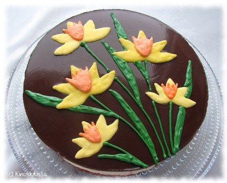 Pohja: 1 brownies-pohja TAI 200 g domino-keksejä 50 g margariinia tai voita Kostutus (jos käytät brownies-pohjaa): ¼ - ½ dl appelsiinimehua Täyte: 5 liivatelehteä 4 dl kuohukermaa 400 g sitruunarahkavalmistetta (Sunnuntai) ¾ dl sokeria ½ dl sitruunamehua Kiille: 3 liivatelehteä 1 dl tummaa kaakaojauhetta ¾ dl sokeria 3 dl kevytmaitoa Koristeet: 50 g keltaisia Candy […]