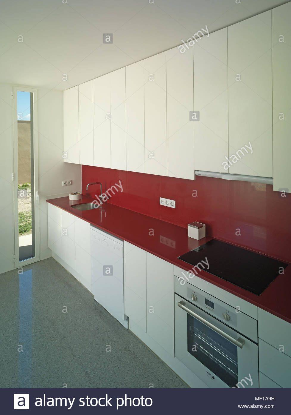 Spule Und Kocher In Rot Auf Der Arbeitsplatte In Der Kuche Image