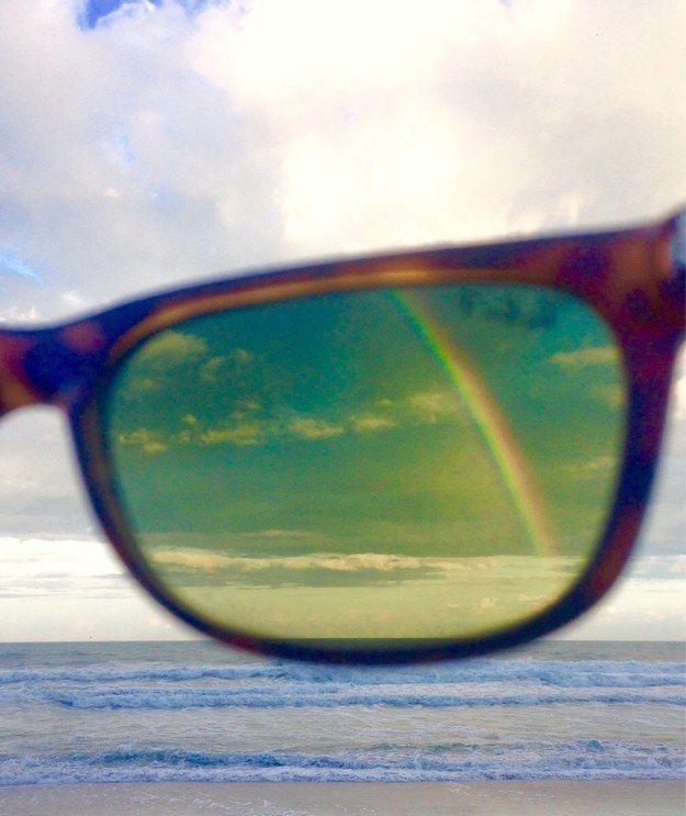 ff9892e8b650b3 Un arc-en-ciel seulement visible grâce au filtre polarisant des lunettes de  soleil.
