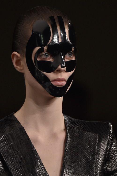 Model morphosis at@WorldMcQueen#SS15 #PFW