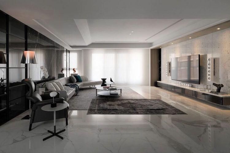 Carrelage marbre blanc,déco en marbre noir et accents bleus Tv