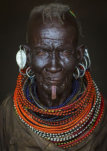 Kenya, Loiyangalani, turkana tribe woman with huge necklaces and ear rings  Date prise de vue : 13/06/2014 Crédit : LAFFORGUE Eric / hemis.fr