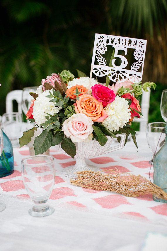 Números de mesa de boda mexicana, Papel Picado, Fiesta mexicana, Boda, Centro de mesa, Banderas mexicanas, Cena de ensayo, Juego de 12  – Boda