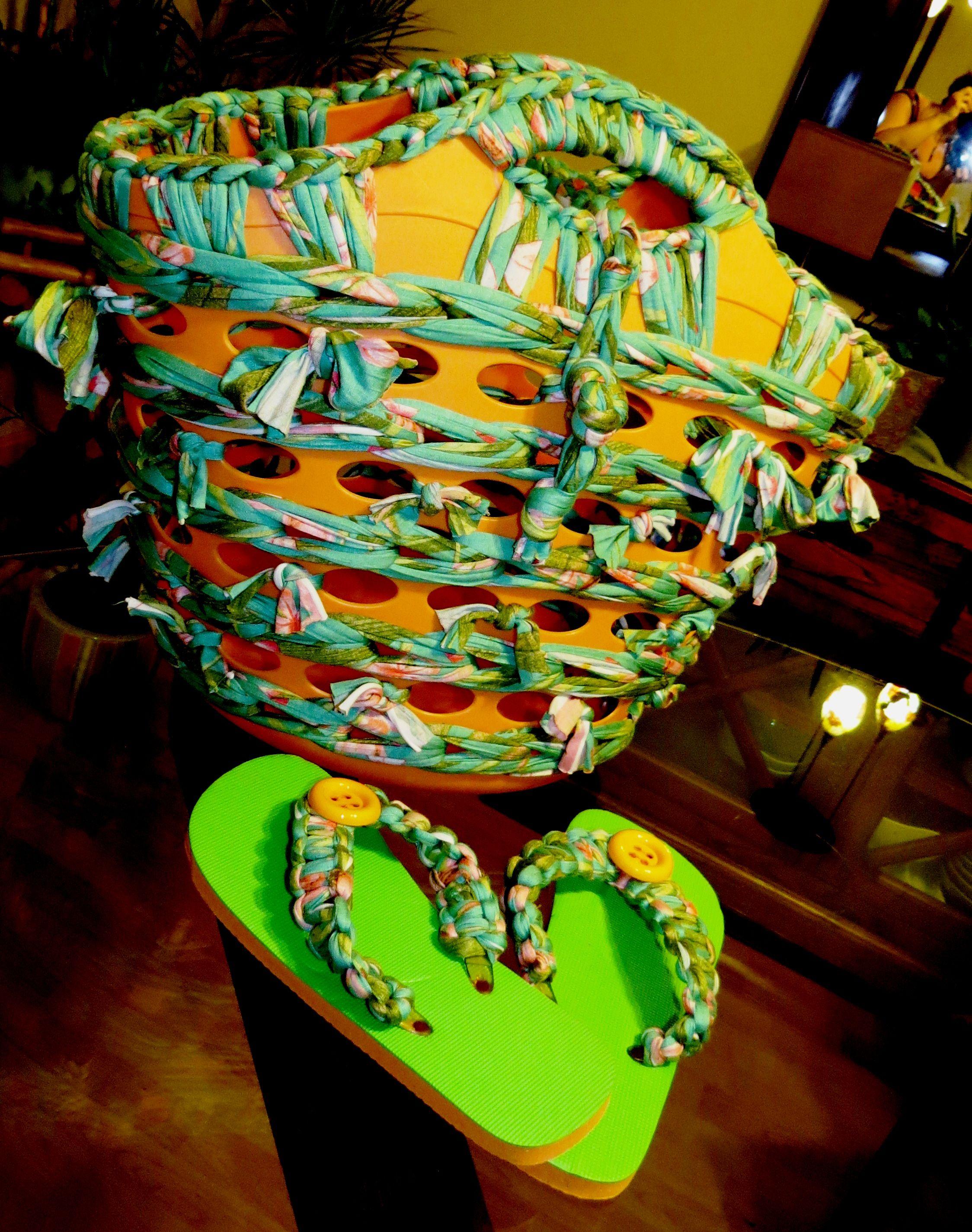 cesta de plástico y chanclas forradas en trapillo naranja y verde