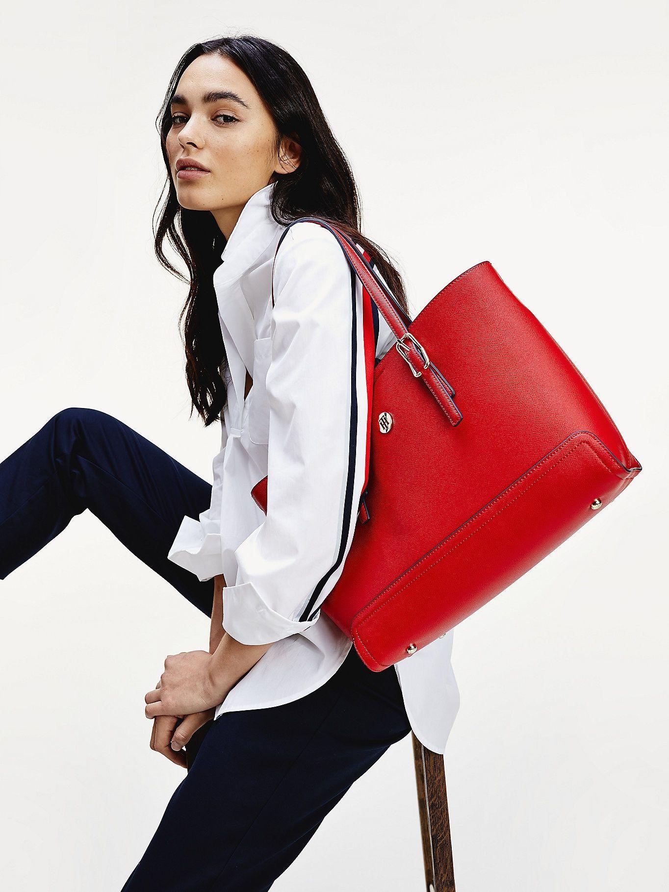 Bolso Tote Mediano Con Insignia Rojo Tommy Hilfiger Tommy Hilfiger Bolsos Bolsos Para Hombre Moda