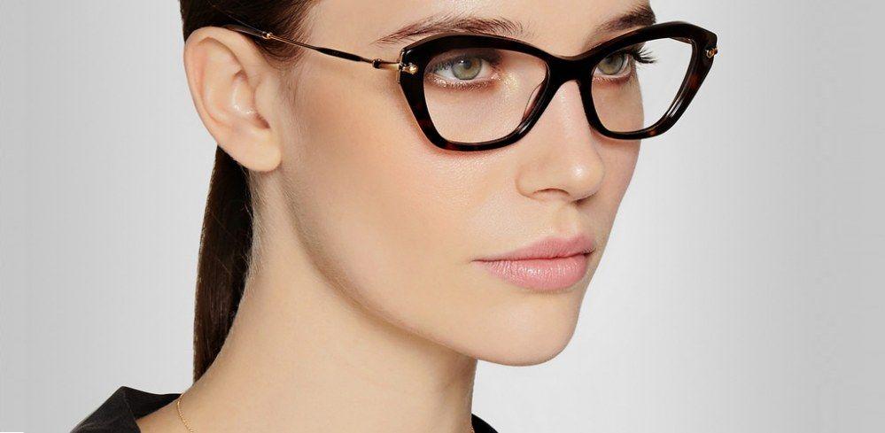 4135dc9309 Repasamos las tendencias de moda en gafas graduadas, se llevan cuadradas,  en forma de ojo de gato y en colores pastel o carey.