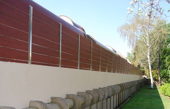 Valla ocultaci n de compacto fenolico y postes de acero - Vallas para casas ...