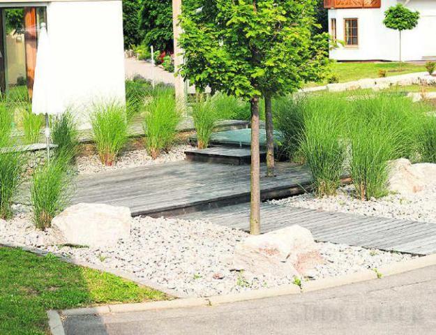 ganz modern und pflegeleicht ist der vorgarten mit kies holz und, Garten und bauen