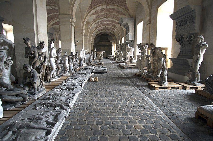 Sculptures et moulages dans la Petite Ecurie du Roi, oeuvre de Jules Hardouin Mansart.