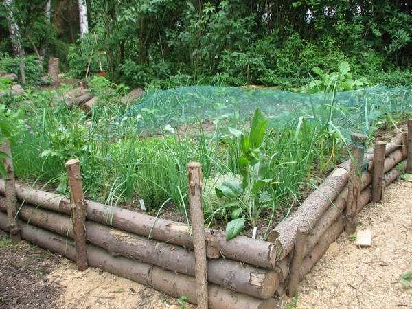 gartengestaltung mit baumstämmen hochbeet aus rohen baumstämmen | growing a green thumb