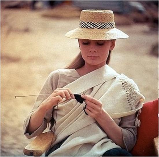 В перерыве между съемками Одри занималась вязанием (1955).